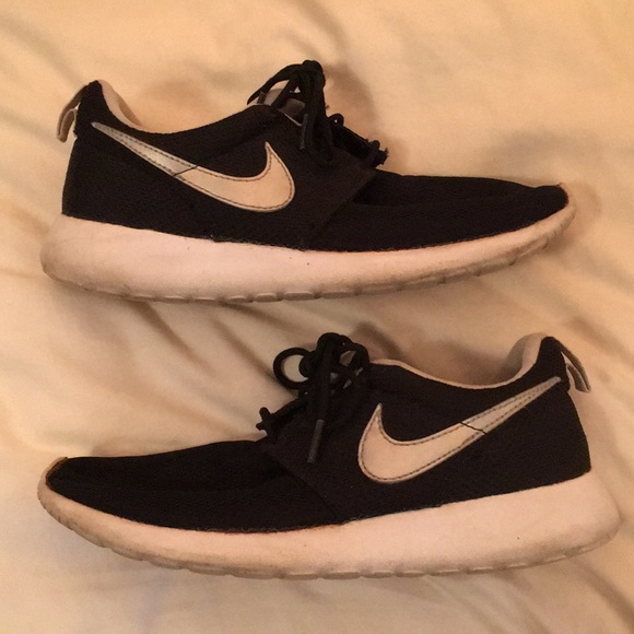 Details about Youth Boys Black Suede & Silver NIKE ROSHE RUN GS Athletic Sneakers Shoes 5 Y